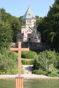 Das Grabkreuz für Ludwig II. im See